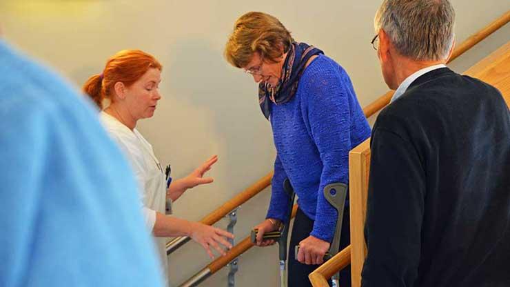 Her får Ragnhild opplæring i hvordan man går med krykker i trapper.